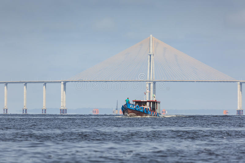MANAUS BRASILIEN, OKTOBER 17: Den Manaus Iranduba bron royaltyfri fotografi