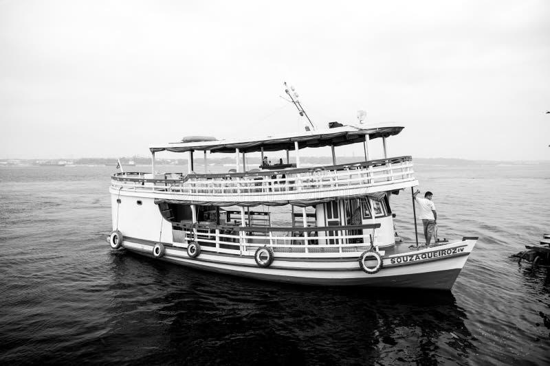 Manaus, el Brasil - 4 de diciembre de 2015: nave del crucero del día de fiesta en paisaje marino Flotador del barco de placer a l foto de archivo