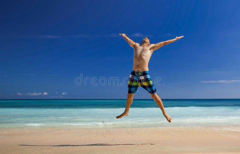 Manbanhoppning på stranden arkivfoto