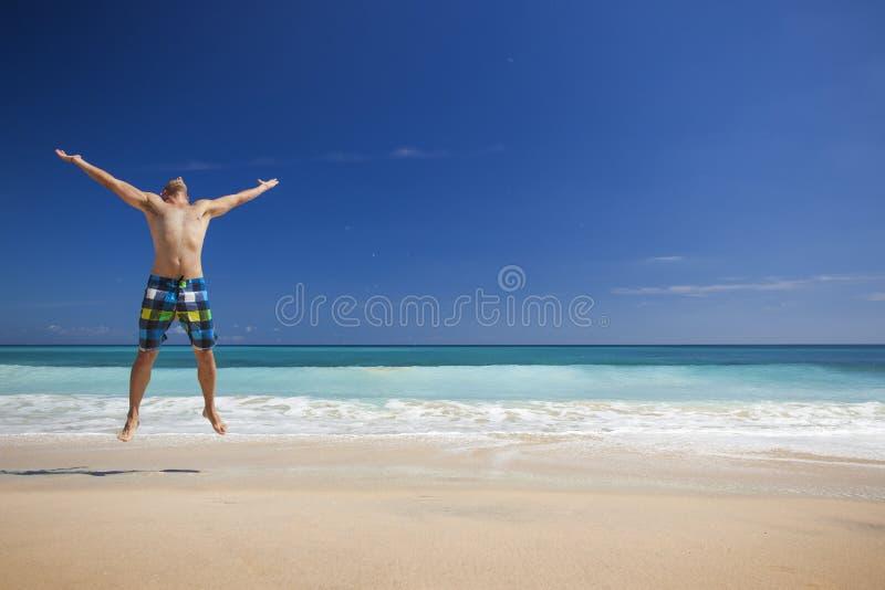 Manbanhoppning på stranden arkivbild