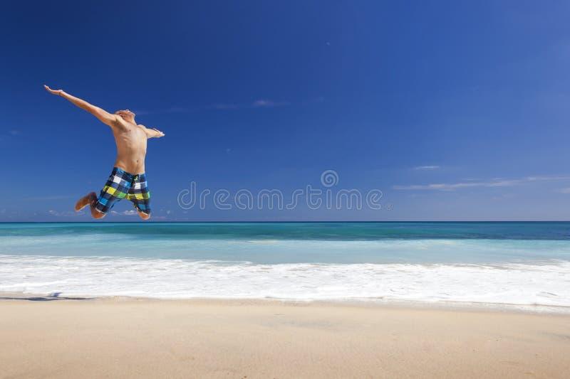 Manbanhoppning på stranden arkivfoton