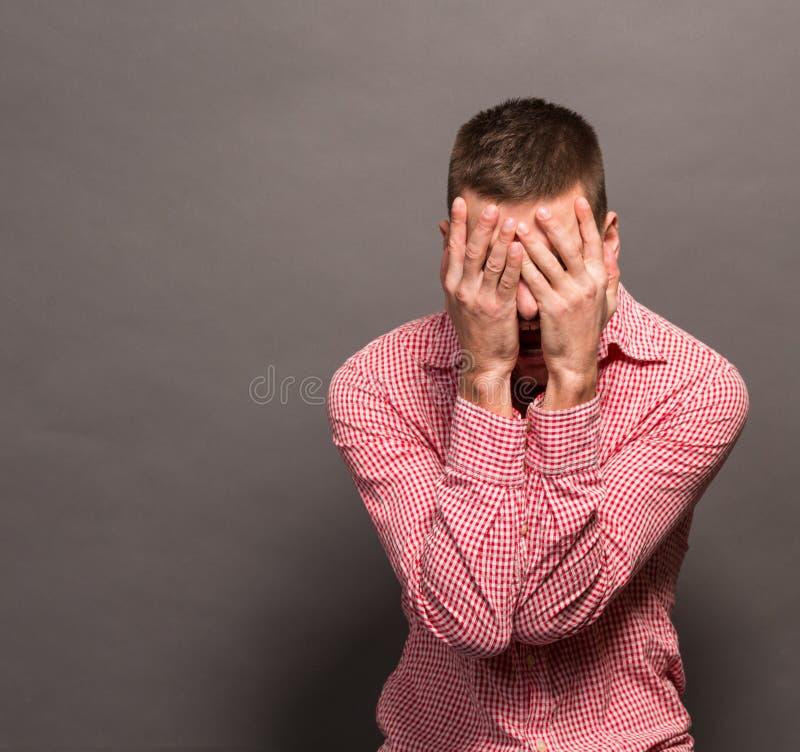 Manbeläggning synar hans framsida fotografering för bildbyråer
