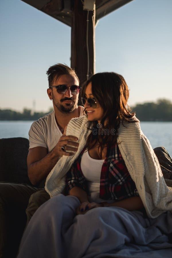 Manbeläggningflickvän med tröjan vid floden royaltyfria foton