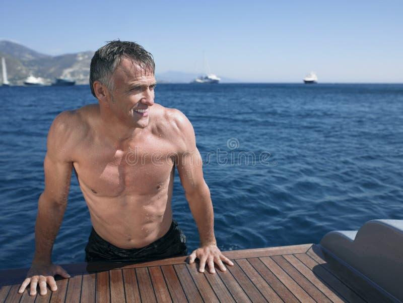 Manbenägenhet på The Edge av yachts golvtilja royaltyfria foton