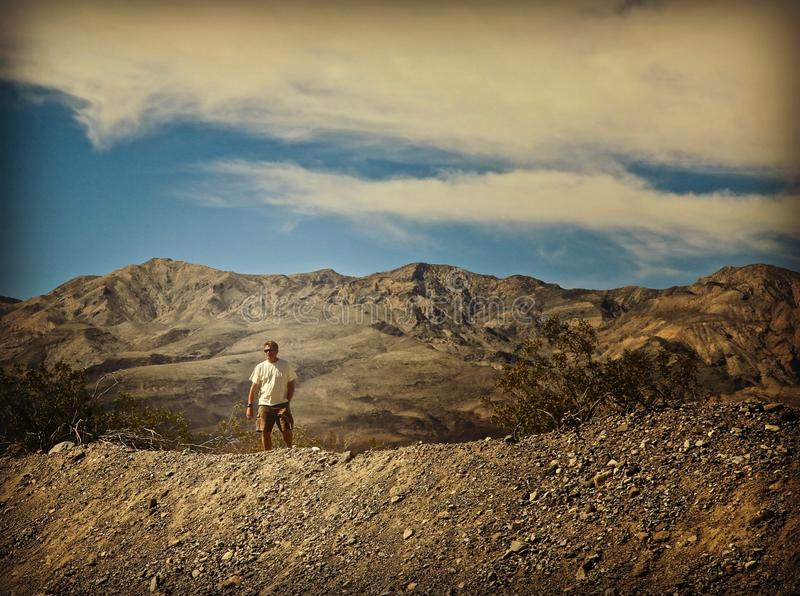 Manberg som fotvandrar Death Valley arkivbilder