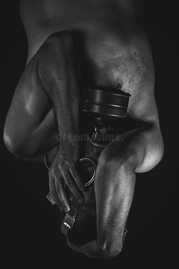 Mancanza di speranza. Un uomo in una maschera antigas nel fumo. backgro artistico fotografia stock libera da diritti