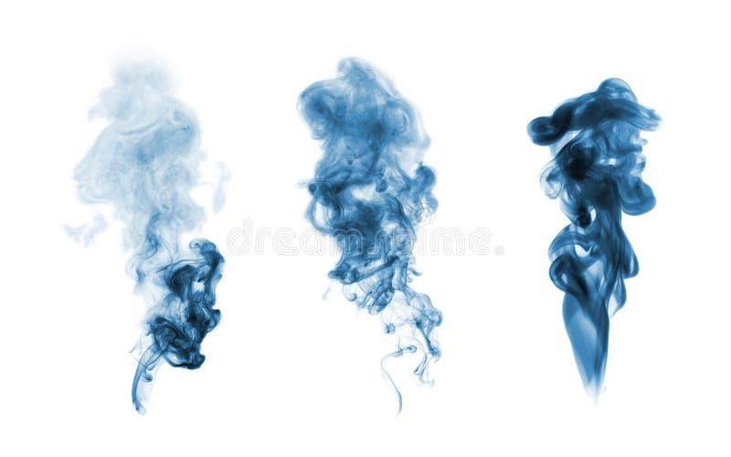 Mancha blanca /negra azul del humo aislada en blanco imagenes de archivo