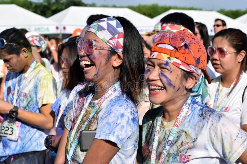 Manchado com as tinturas coloridas, jovens que têm o divertimento na corrida do brilho de Manila da cor imagem de stock royalty free