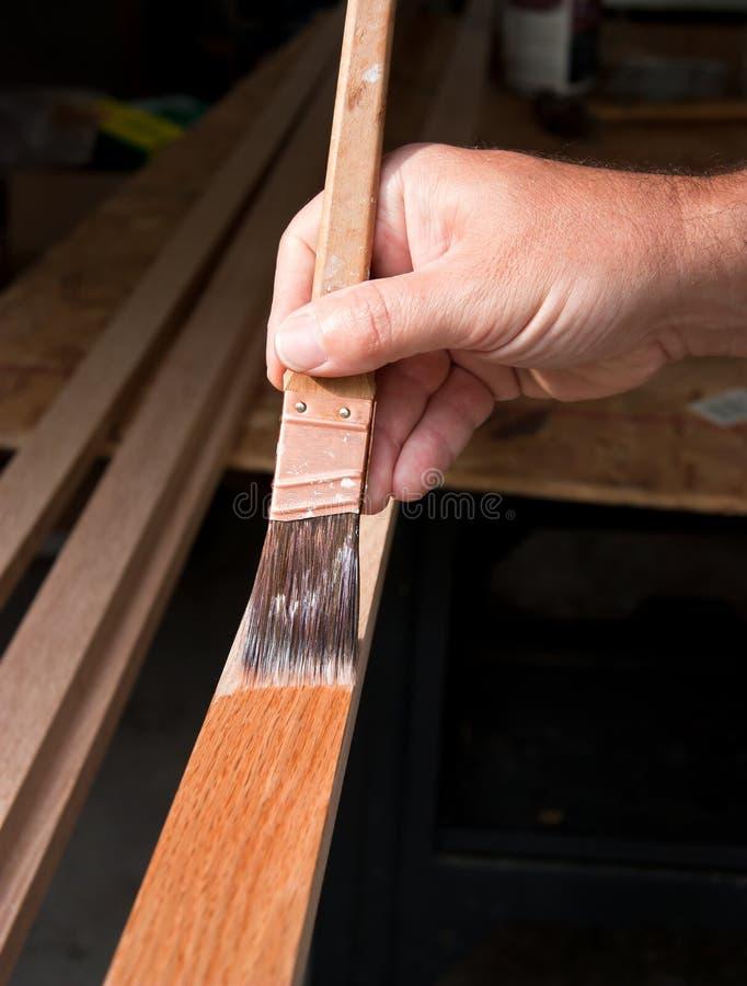 Manchando a madeira imagens de stock