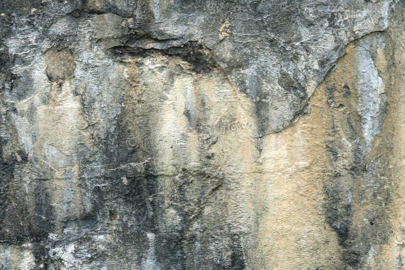 Manchas oxidadas na textura velha do muro de cimento, pintura abstrata da casca na textura da superfície do cimento, fundo sujo d imagem de stock royalty free
