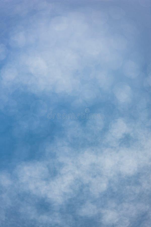 Manchas solares na água azul com efeito do borrão imagens de stock
