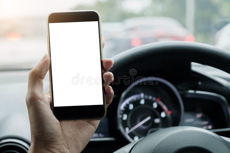 Manchaufförbruk hans smarta telefon med den tomma skärmen, medan köra arkivfoton
