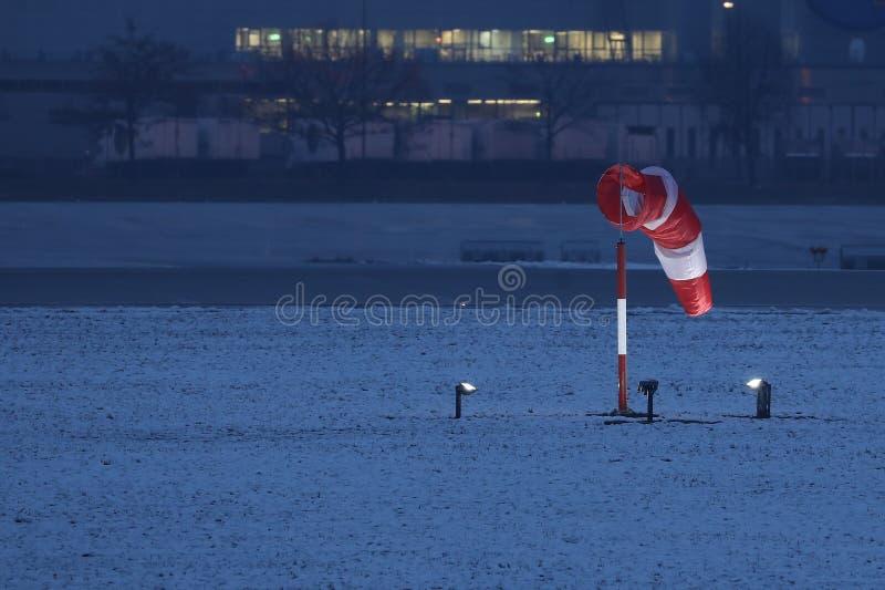 Manche à air dans le secteur d'aéroport, neige en hiver image libre de droits