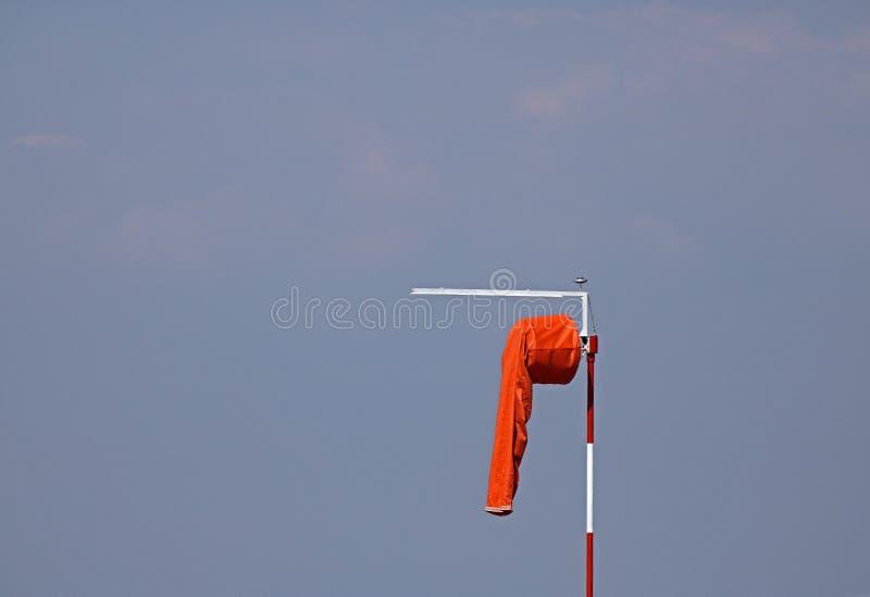 MANCHE À AIR ORANGE MOU SUR LA PISTE D'ATTERRISSAGE photographie stock libre de droits