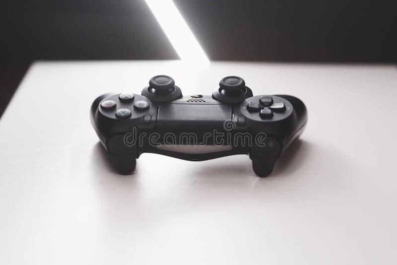 Manche do console do jogo em uma tabela branca imagem de stock royalty free