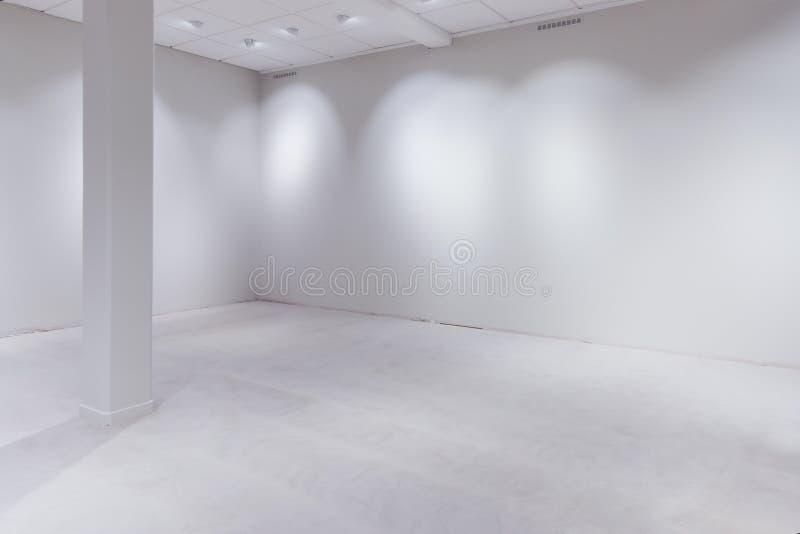 Manche las luces y vacie la pared blanca como espacio de la copia imágenes de archivo libres de regalías
