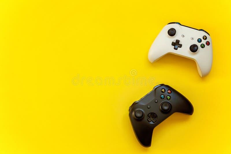 Manche preto e branco no fundo amarelo imagem de stock