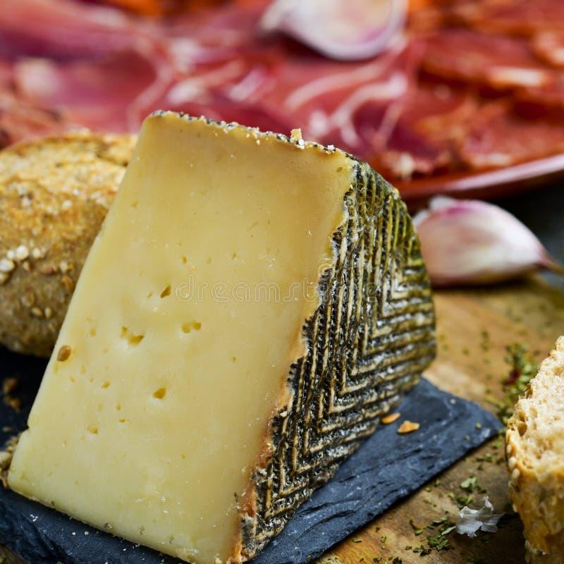 Manchego ser i hiszpańscy zimni mięsa obraz royalty free