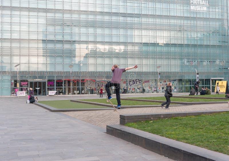 MANCHESTER, ENGELAND - MAART 08, 2014: Nationaal Voetbalmuseum in de actie van Manchester en van het skateboard royalty-vrije stock foto's