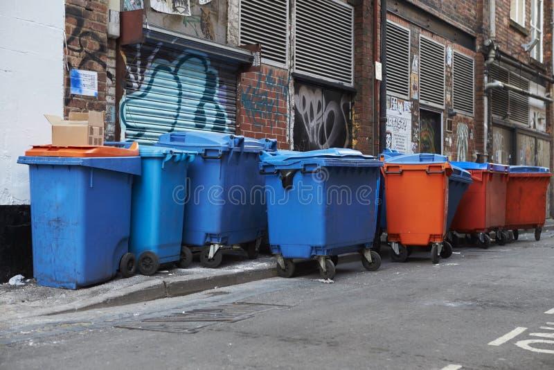 Manchester, Großbritannien - 10. Mai 2017: Gruppe Wheelie-Behälter in Manchester-Straße lizenzfreies stockbild