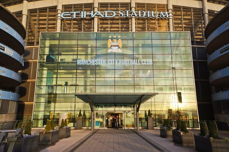 MANCHESTER, GROSSBRITANNIEN - 10. FEBRUAR 2014: Der Eingang von Etihad-Stadion im Abendlicht auf February10, 2014 in Manchester,  lizenzfreies stockfoto