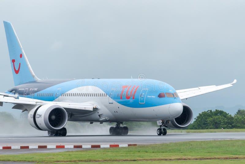 MANCHESTER HET UK, 30 MEI 2019: De vlucht BY2429 van TUI Boeing 787-8 Dreamliner van Dubrovnik-land op baan 23R bij Manchaester-L royalty-vrije stock afbeeldingen
