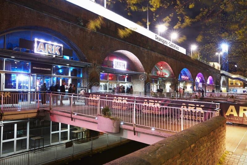 Manchester, Reino Unido - 4 de maio de 2017: Barras no ` s Deansgate de Manchester na noite fotografia de stock royalty free