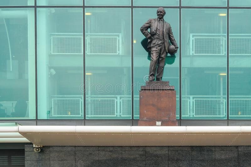 Manchester, Reino Unido - 4 de marzo de 2018: Sir Matt Busby Statue en frente fotografía de archivo