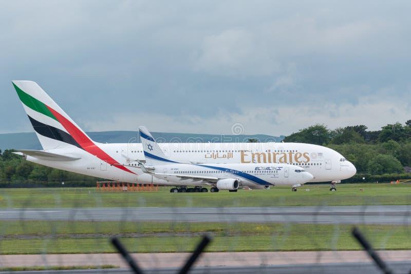 MANCHESTER REINO UNIDO, O 30 DE MAIO DE 2019: O voo EK18 de Airbus A380 dos emirados a Dubai guarda em um taxiway antes da decola imagens de stock