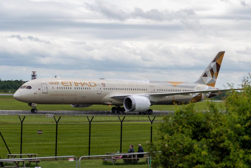 MANCHESTER REINO UNIDO, O 30 DE MAIO DE 2019: Voo EY21 de Etihad Boeing 787 Dreamliner dos t?xis de Abu Dhabi no aeroporto de Man imagem de stock