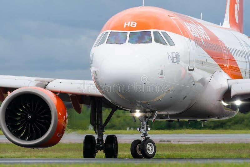 MANCHESTER REINO UNIDO, O 30 DE MAIO DE 2019: O voo U21998 de Easyjet Airbus A320 de Luqa desliga a pista de decolagem 23R no aer fotografia de stock