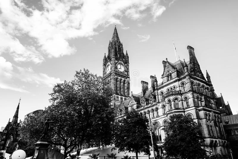 Manchester UK Stadshus med molnig himmel arkivbilder