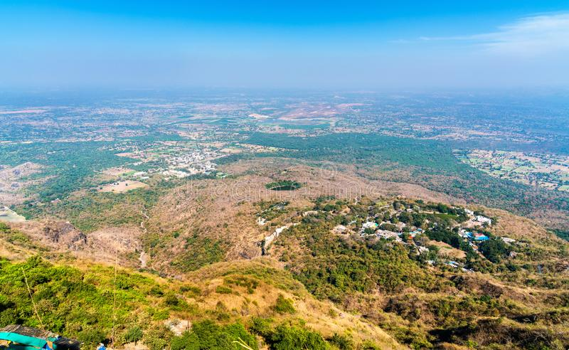 Manchi Haveli村庄和Champaner历史城市全景从Pavagadh小山的 古杰雷特,西印度 库存图片