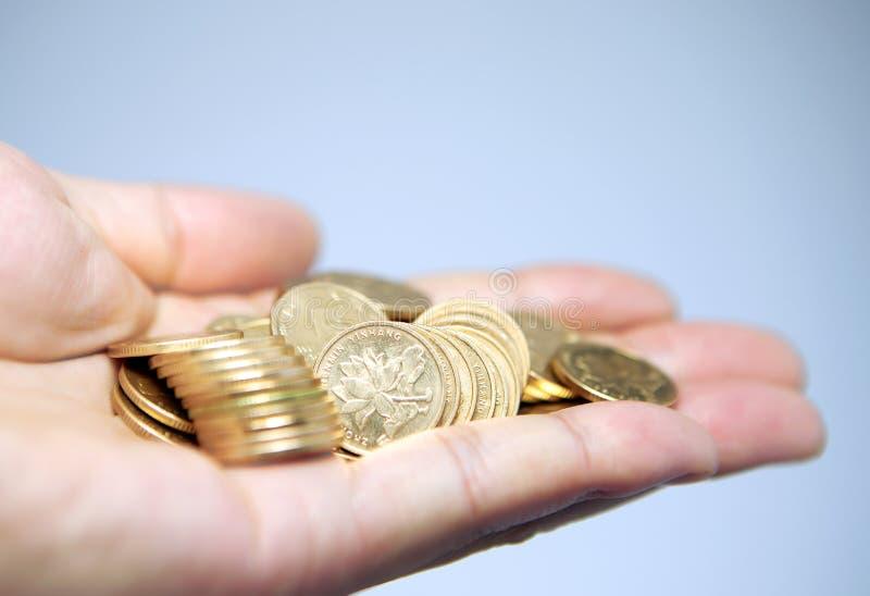 Manciata di monete in mano della palma fotografie stock libere da diritti