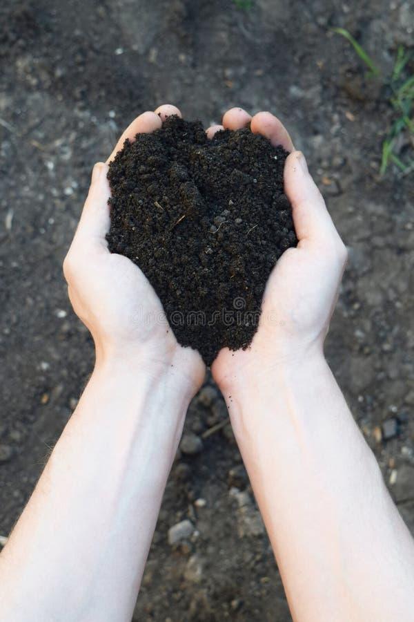 Manciata di Rich Brown Soil fotografia stock