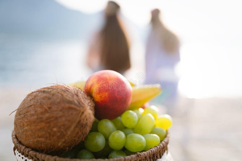 Mand gezonde tropische organische vruchten achtergrondconcept stock afbeeldingen