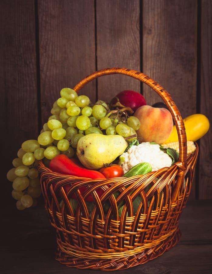 Mand groenten en vruchten stock afbeeldingen