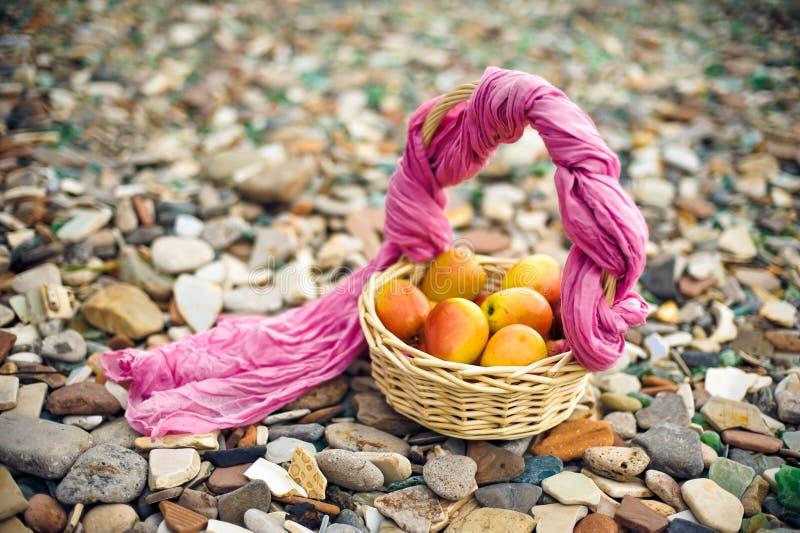 Mand met appelen royalty-vrije stock afbeelding
