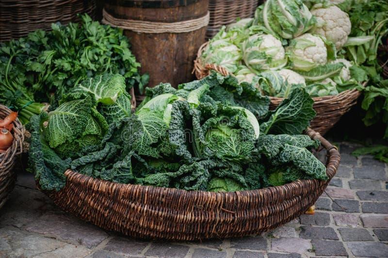 Mand met diverse kolensavooiekool, romanesco, bloemkool, wit hoofd, broccoli, Chinese spruitjes, stock foto's