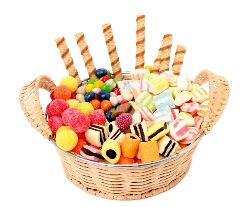 Mand met diverse snoepjes en de geïsoleerded koekjes, royalty-vrije stock fotografie