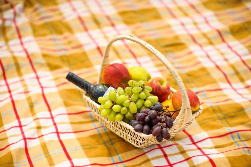 Mand met druivenappelen en wijn royalty-vrije stock afbeeldingen