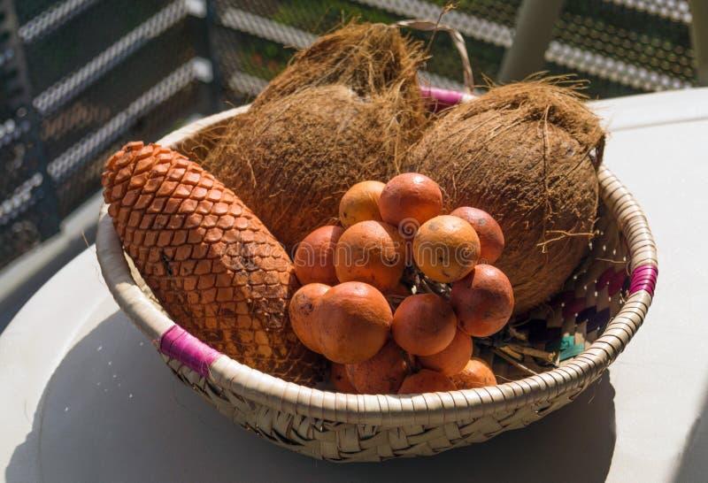 Mand met exotische vruchten op de lijst stock afbeelding