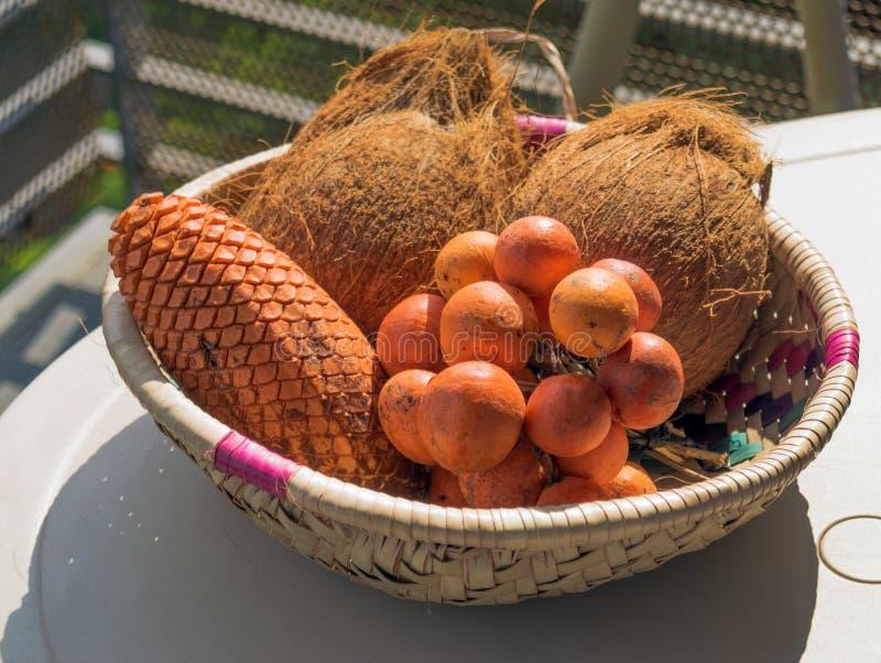 Mand met exotische vruchten op de lijst stock foto's