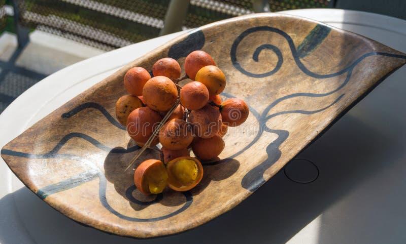 Mand met exotische vruchten op de lijst stock fotografie
