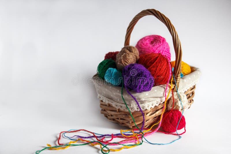 Mand met gekleurde garenballen stock foto