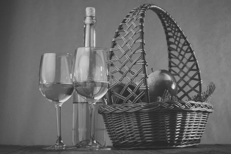 Mand met glazen en fles wijn royalty-vrije stock afbeelding