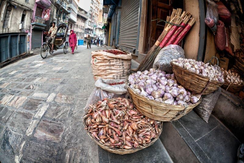 Mand met knoflook in Katmandu stock afbeeldingen
