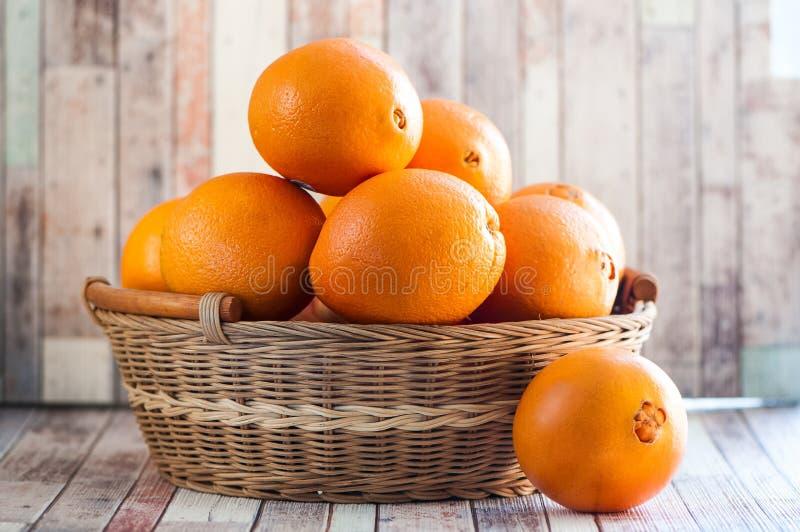 Mand met sappige sinaasappelen royalty-vrije stock foto