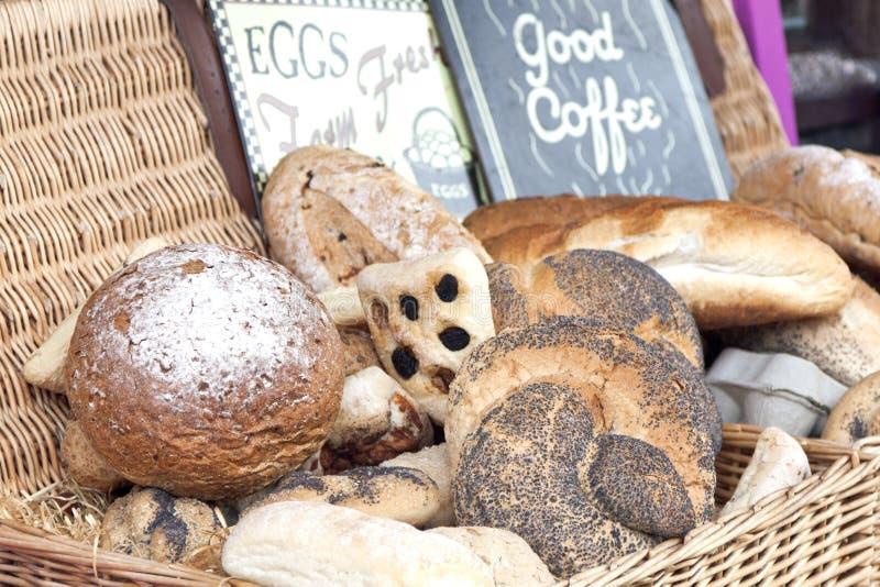 Mand met vers brood royalty-vrije stock afbeelding