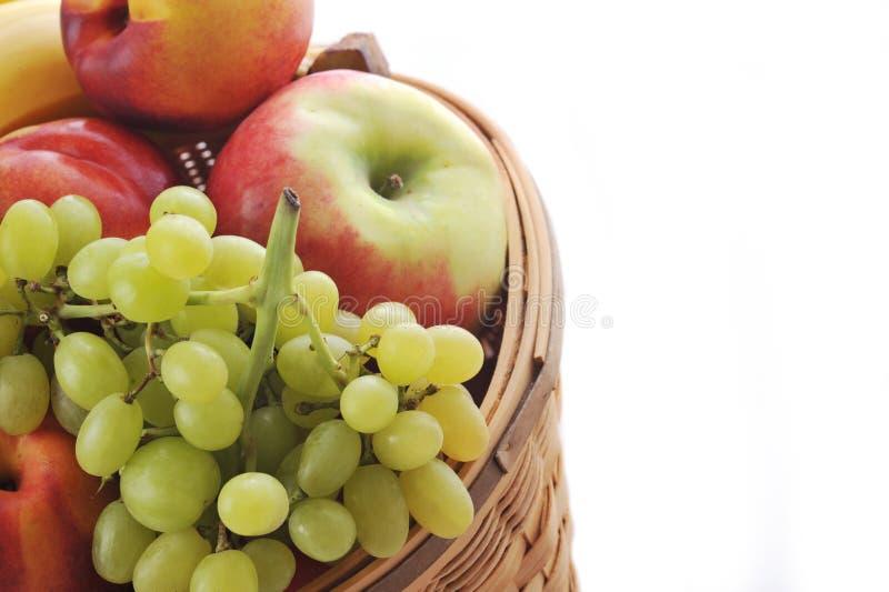 Mand met verschillende vruchten stock foto's